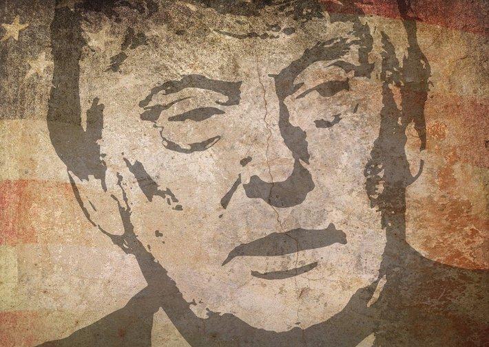 Hlavným americkým konpširátorom je Trump. Potvrdil výskum